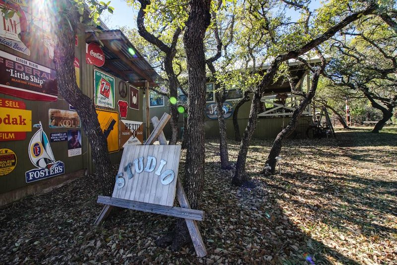 Perfectly decorated, dog-friendly cabin with a shared pool and hot tub - Image 1 - Dripping Springs - rentals