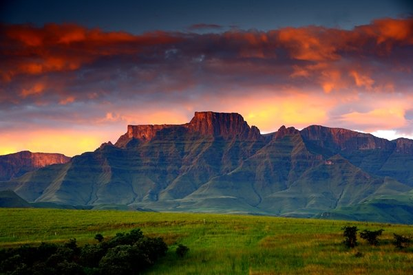 CHAMPAGNE VALLEY IN FRONT - DRAKENSBERG HOUSE - UNESCO WORLD HERITAGE SITE - Drakensberg Region - rentals
