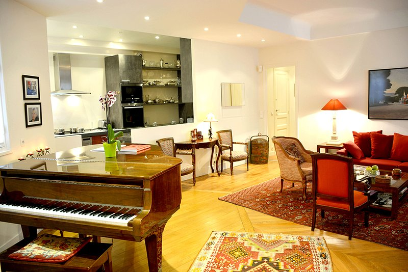 Spacious living room with a piano - Spacious Luxury Near Eiffel Tower - Paris - rentals