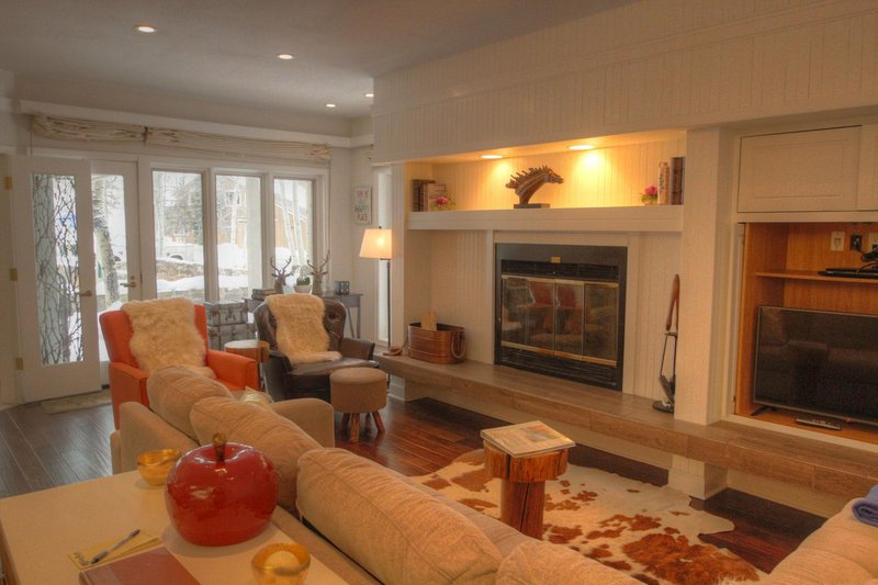 """SkyRun Property - """"2721 Chateaux DMont"""" - Living room - 2721 Chateaux DMont - Keystone - rentals"""
