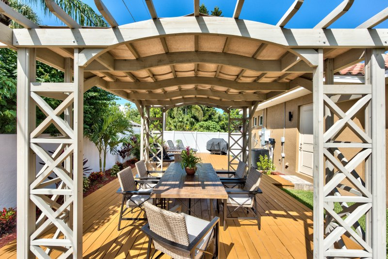 Private Gazebo and Deck with Loungers and Table w/Seating - Southern Exposure! - Amalfi Vacation Rental - Naples - rentals