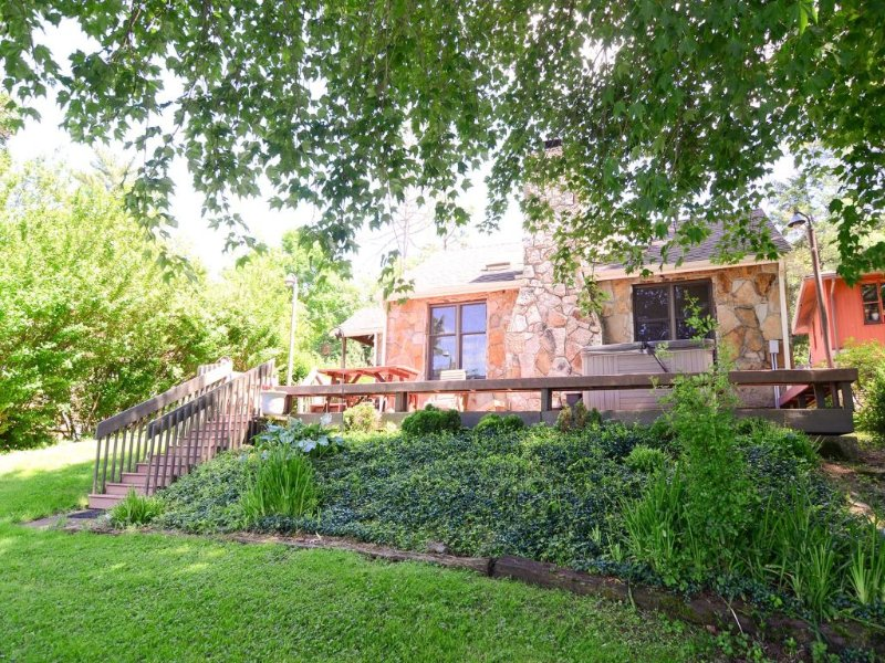 12279ext16.jpg - The charm of this cottage is seen inside and out, with an exterior of native stone and bright updated furnishings inside. Sunny Escape is lakefront gem! - Oakland - rentals