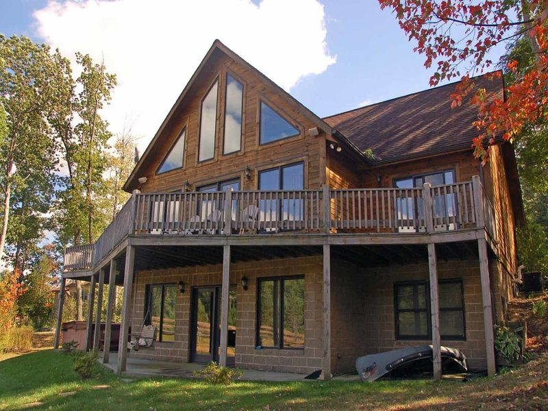 fourseapexta_11.jpg - Like the name implies, Four Seasons Paradise is a treasure all year long! This cabin surrounds you in the warmth of golden pine and oak- inside the home and out. - McHenry - rentals