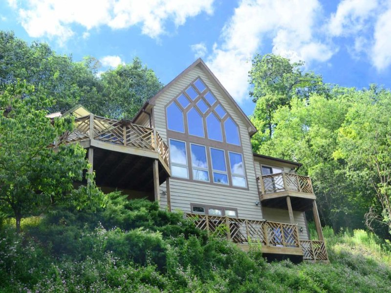 insprvwext_13.jpg - Tree-lined and timeless, you can always seek sanctuary from the stress and strain of life at Inspiration View, where you get the best in lake views and mountain air! - McHenry - rentals