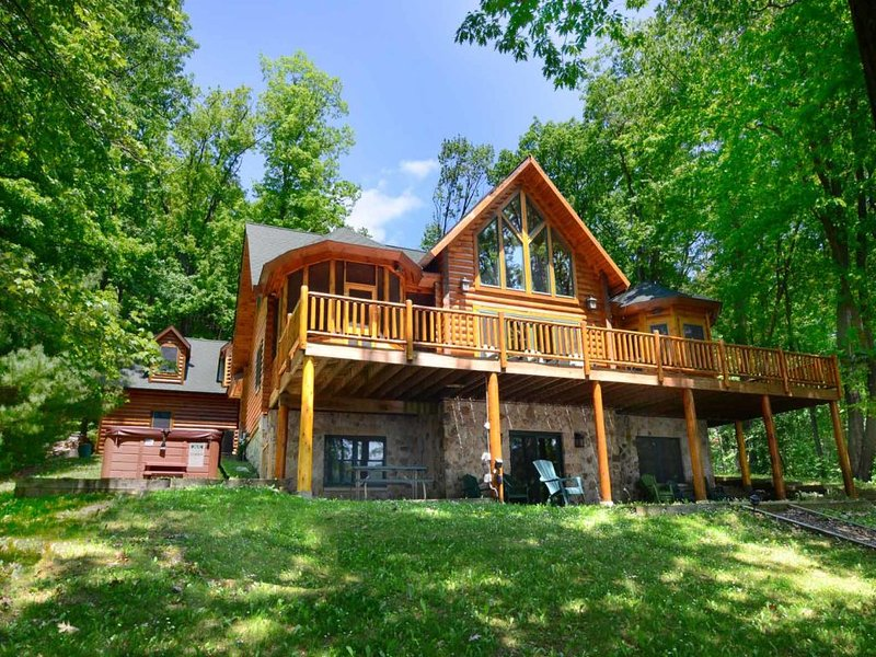 lkescaext_14.jpg - Well-lit, well-loved, and decked out in rustic style, Lake Escape is an immaculate cabin-style temple to the sheer beauty of our mountain flora and fauna. - McHenry - rentals