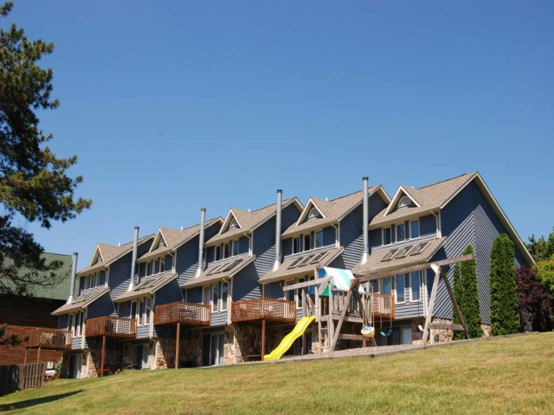 mtvext_8.jpg - With a gently sloping lakefront and a view of the slopes, Mountain View #03 has everything you need for a great vacation! You can rest easy in this spacious townhome. - McHenry - rentals