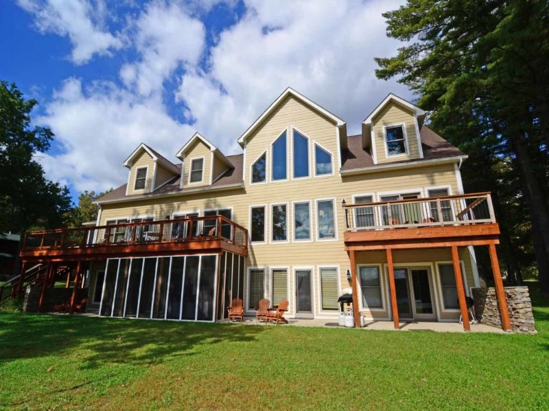vacdrmext_14.jpg - With one of the biggest lots on the lake, and ample square footage, Vacationer's Dream was built with luxury in mind! Come check out the endless amenities! - Swanton - rentals