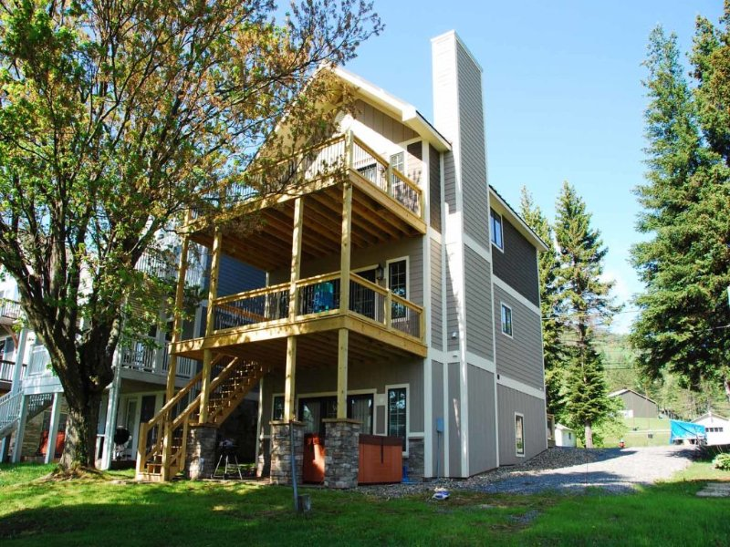 sunnsext3_11.jpg - The ideal choice for a small family retreat or a getaway among friends, Sun N Ski charms with slopeside convenience and a beautiful level lakefront. - McHenry - rentals