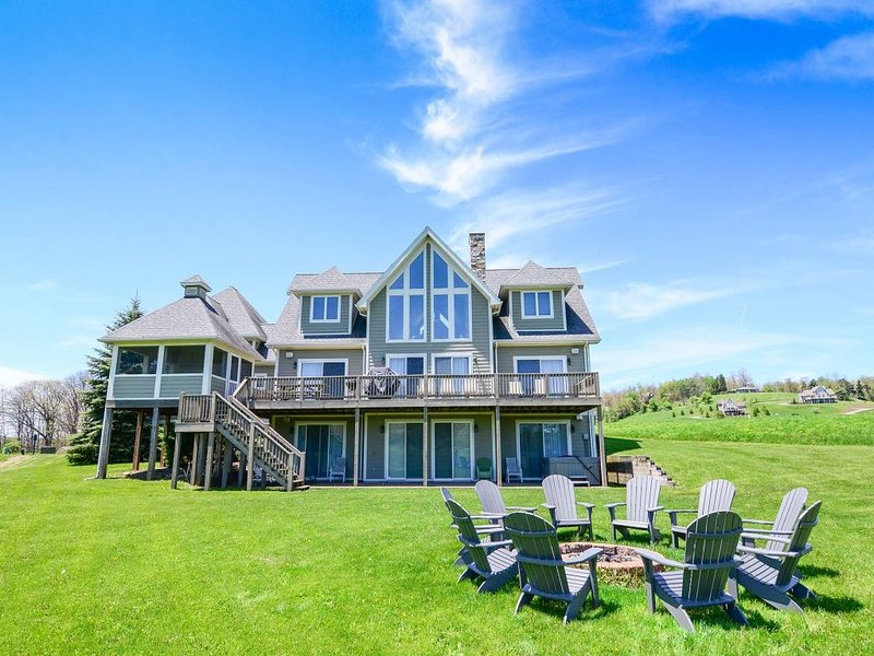 12331ext17.jpg - Wine and Roses encapsulates all the best parts of lake living. The classic decor and flowing layout create a stylish haven, perfect for entertaining. - Swanton - rentals