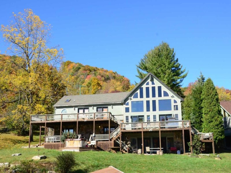 lkliftldg.jpg - If location is key, Lake Lift Lodge unlocks all the wonder of Deep Creek Lake. You're just yards from the ski slopes and from your very own private dock! - McHenry - rentals