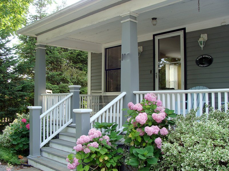 Welcome to Gate Street Cottage - down town-new kitchen&baths-covered front veranda! - Niagara-on-the-Lake - rentals