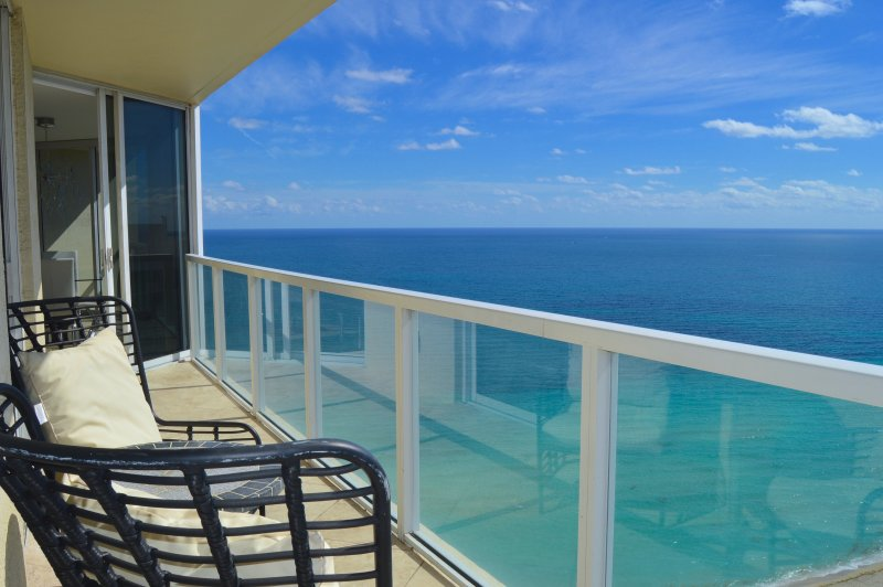 Massive corner unit with huge terrace and outdoor seating for 4 guests. - MAGNIFICENT OCEAN VIEWS! MODERN DECOR-CORNER UNIT - Sunny Isles Beach - rentals