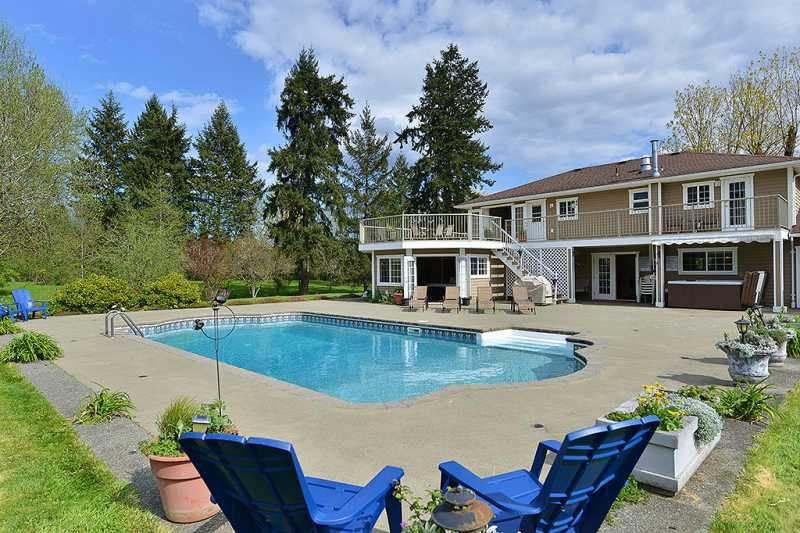 Large in ground pool with hot tub - Cowichan Valley Country Home - 5 Bedroom Home with pool and hot tub - Duncan - rentals
