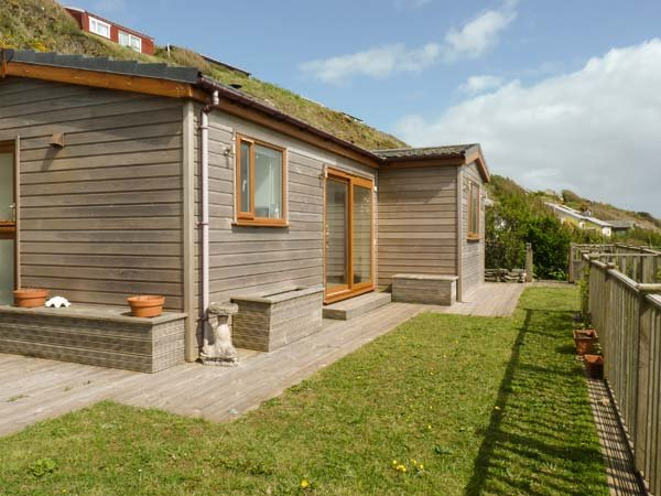 BRACKENBACK, hot tub, private garden, pet-friendly, woodburner, WiFi, in Millbrook, Ref 924586 - Image 1 - Cawsand - rentals