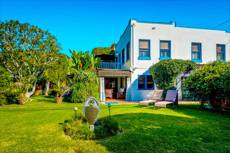 Large Gated Yard w/fountain (foreground), lounge chairs (right), cabana (center) - Venice Beach Oceanside Retreat~ Steps to Beach! Gated Yard, BBQ, Parking, Cabana - Los Angeles - rentals