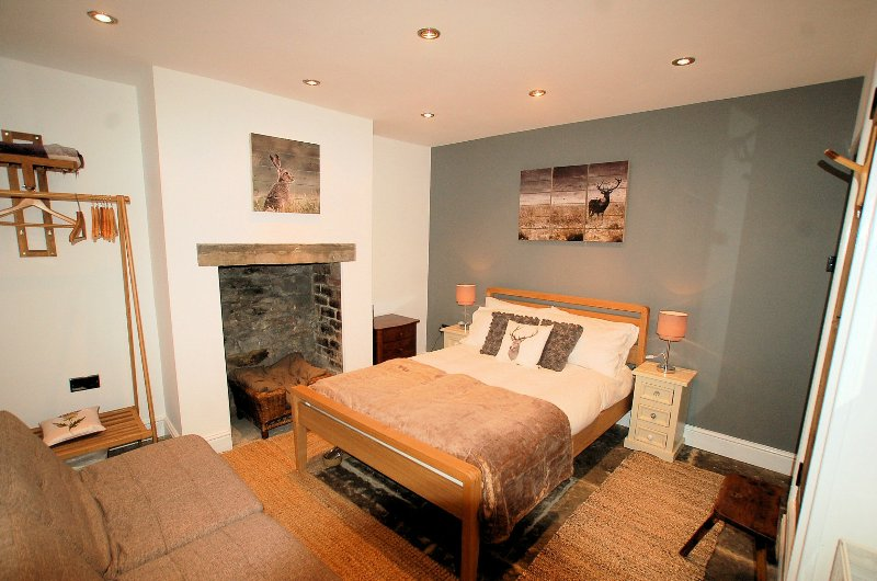 Bedroom 3 (The Grey Room) on the Lower Ground Floor with direct access to the private garden.  - Simon's Cottage, Peak District National Park - Sheffield - rentals