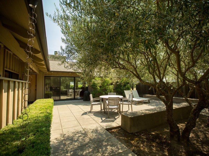 Patio with Teak Furniture - Casa Cabernet - Saint Helena - rentals