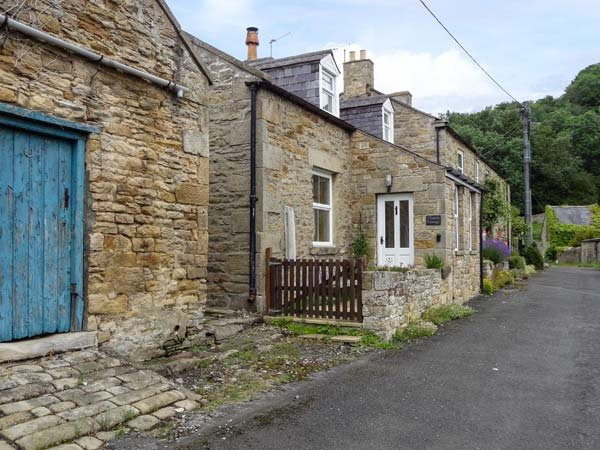 CHURCH COTTAGE, detached cottage, multi-fuel stove, WiFi, near Hexham, Ref 24621 - Image 1 - Northumberland National Park - rentals