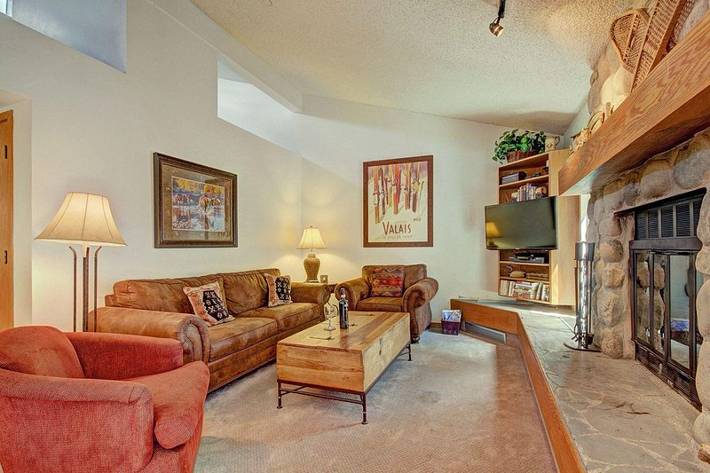 """SkyRun Property - """"CC301 Cross Creek 2BR 2BA"""" - Updated Living Room - Beautifully appointed living room features newer furniture including queen sofa sleeper and love seat. Brand new HD TV. - CC301 Cross Creek 2BR 2BA - Powderhorn - rentals"""