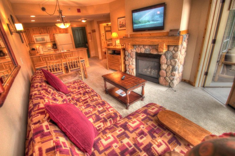 """SkyRun Property - """"TX202 Taylors Crossing"""" - Living Room - The living room features a new 42 inch flat screen TV. - TX202 Taylors Crossing - Copper Mountain - rentals"""