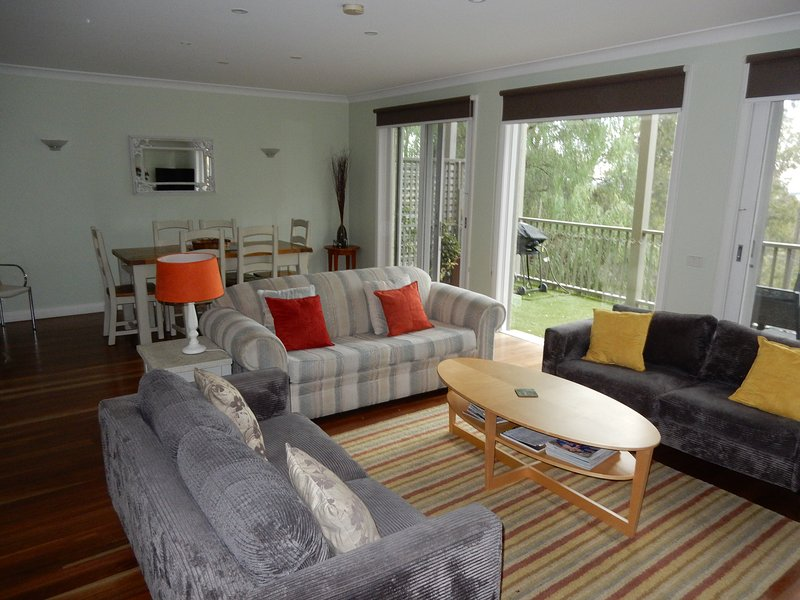 Lounge to dining and deck - Hunter Views Pokolbin - Hunter Valley Wine Country - Pokolbin - rentals