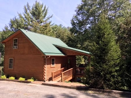 Flat access to entrance of cabin - Autumn Mist-Trout Stream_4.5 acres_hot tub_pool table_near Boone/West - Fleetwood - rentals
