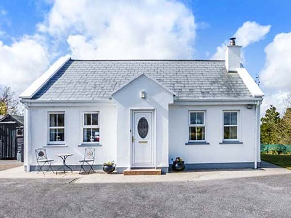 CHURCH VIEW, single-storey country cottage, multi-fuel stove, garden, ideal - Image 1 - Roscahill - rentals