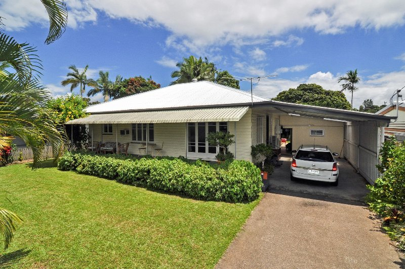 Exterior of house .  Carport  for one car with additional park space in driveway. Fenced garden - Large Family House & Garden, close to City Centre - Cairns - rentals