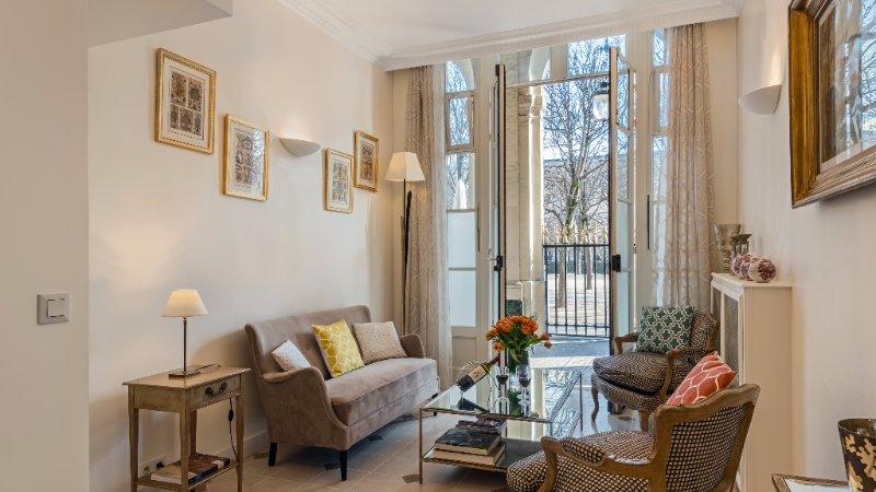 Tasteful 2 Bedroom Parisian Triplex Near the Louvre - Image 1 - Paris - rentals