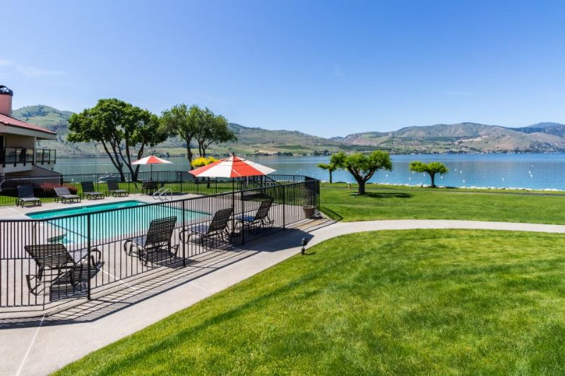 Lovely lakefront condo for eight w/ shared pool & hot tub - Image 1 - Chelan - rentals
