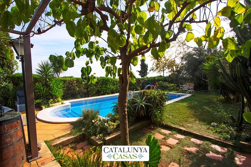 Joyful Costa Dorada getaway for up to 18 guests, just 2km from the beach! - Image 1 - El Vendrell - rentals