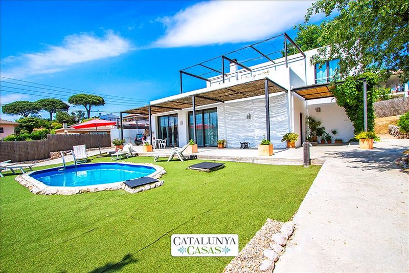 Serene villa in Sils for up to 8 people, 20km to the beaches of Costa Brava - Image 1 - Riudarenas - rentals