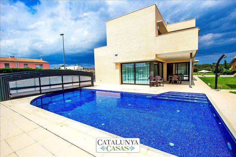 Spectacular 4-bedroom villa in Riudellots, just 10km from Girona! - Image 1 - Riudellots de la Selva - rentals