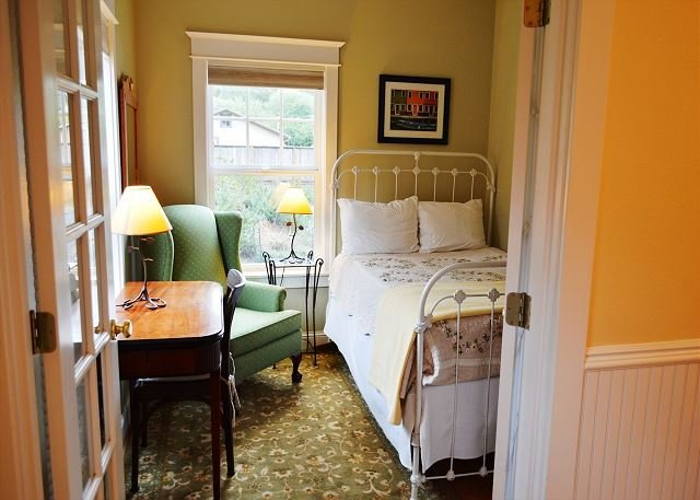 Lower level bedroom with a Double bed - BELLA MAR~Elegant home near Nehalem State Park and 2 blocks from the beach. - Manzanita - rentals