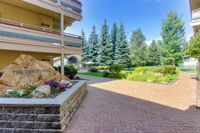 Modern and stylish home with a community hot tub and pool, close to ski lifts! - Image 1 - Ketchum - rentals