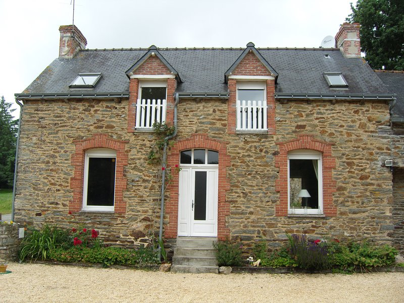 Front door to our lovely Gite, plenty of parking space on the graveled courtyard - Comfortable family farmhouse Gite rental - Josselin - rentals