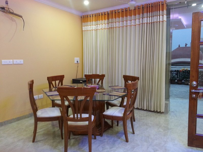 Lobby with dining table - One BHK Serviced Apartment SA2 for rent in Lucknow, India with Modular Kitchen - Lucknow - rentals