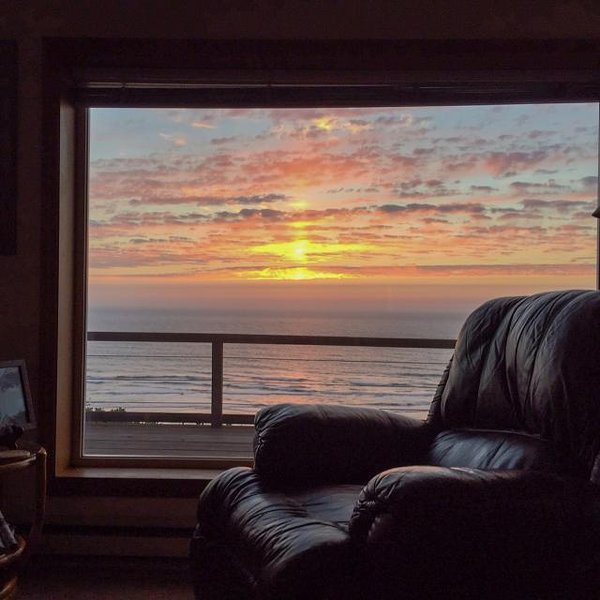 Beach home with gorgeous ocean views, large deck, and grassy yard - dog OK! - Image 1 - Newport - rentals