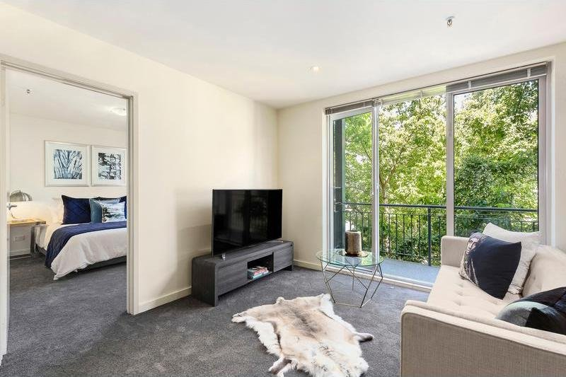Catani 3 dining and  living areas  - StayCentral Catani 3 quiet beach trams restaurants - St Kilda - rentals