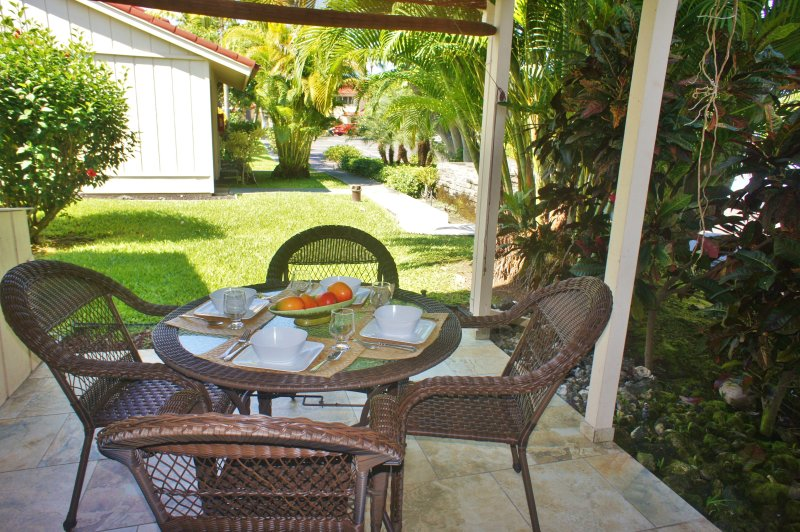 Private lanai offers outdoor dining - Recent Renovation- New Furniture- 2 bed 2 bath townhouse Surf and Racquet-SR 52 - Kailua-Kona - rentals