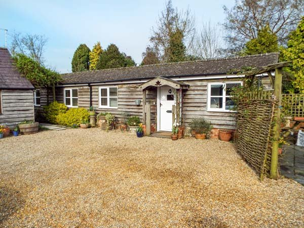 BREACH COTTAGE, single-storey barn conversion, off road parking, garden, in Devizes, Ref 25806 - Image 1 - Devizes - rentals