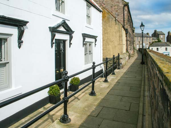 THE PREACHER'S HOUSE, luxury historic cottage, harbour views, WiFi, excellent - Image 1 - Berwick-upon-tweed - rentals