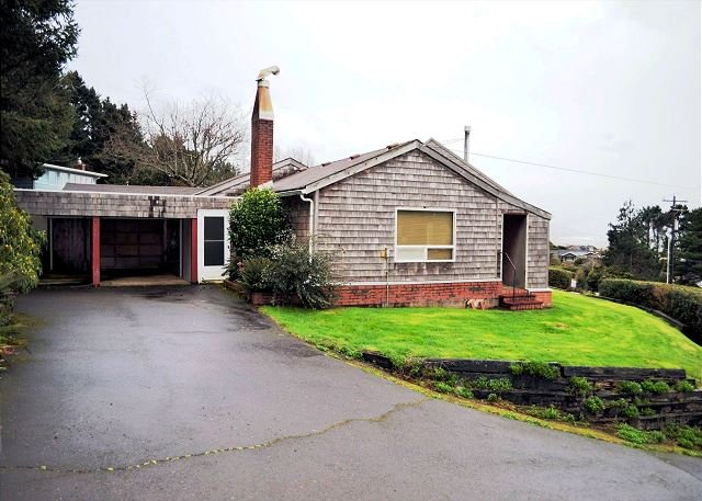 Driveway view of Beach Bungalow-Covered entry with carport - BEACH BUNGALOW ~ Classic Beach Home - Ocean & NeahKahNe mountain views! - Nehalem - rentals