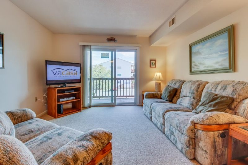 Convenient condo with a shared pool, three blocks from the beach! - Image 1 - Ocean City - rentals