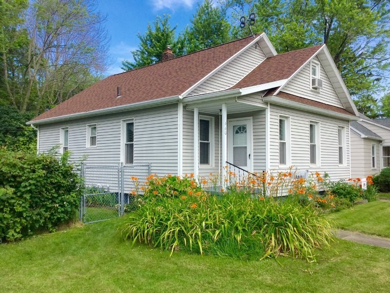 South Zoo is a family and dog friendly property, Four Blocks to the Beach - Image 1 - South Haven - rentals