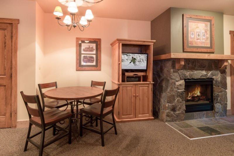 Red Hawk Lodge 2200 - Cozy studio, walk to slopes, on site pool, hot tub - Image 1 - Keystone - rentals