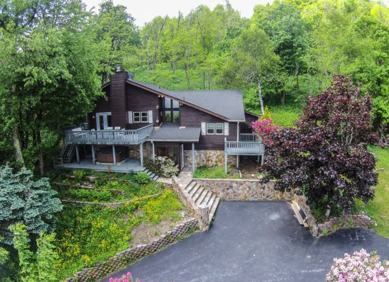 4BR Cozy Mountain Getaway sits above Boone with Long Range View, Hot Tub, King - Image 1 - Boone - rentals