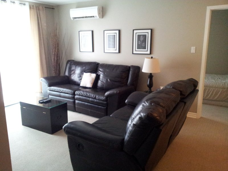Leather reclining sofa with flat screen tv - 2bedroom condo near Downtown Ottawa,Gatineau Park - Gatineau - rentals