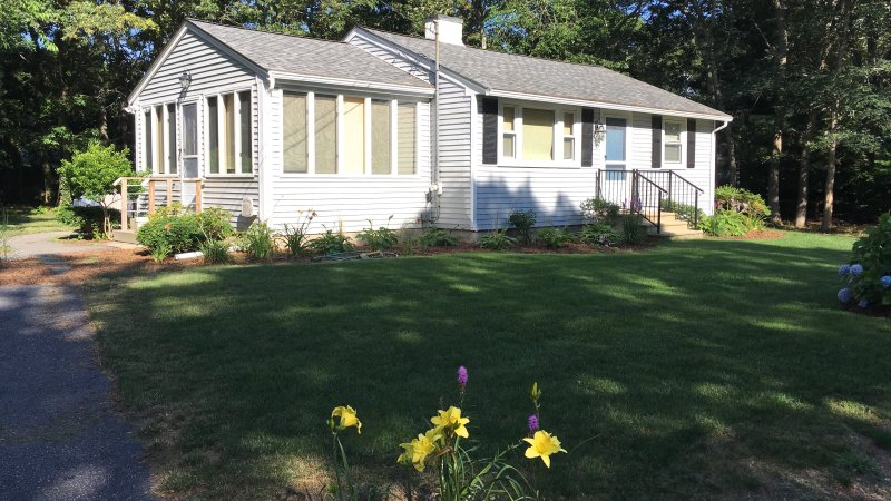 Cute Osterville Cottage/ Desirable Wianno Village/ Walk to beach and village FREE PASS - Image 1 - Osterville - rentals
