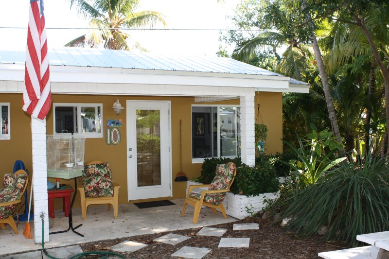 Unit 10: Queen size bed, combined living/dining table with 4 chairs - Studio located 50 yards from ocean, Unit 10 - Grassy Key - rentals